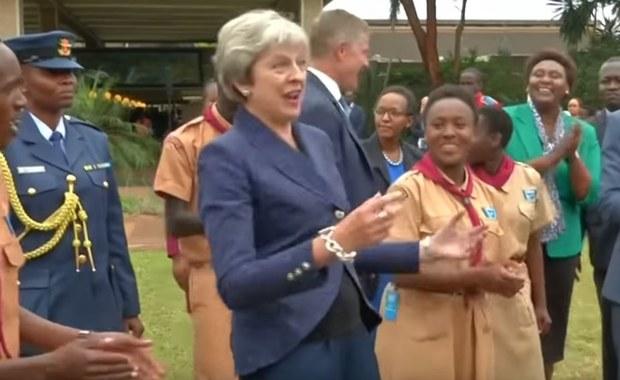Theresa May dała się porwać do tańca. Zobacz filmy, które są hitem internetu