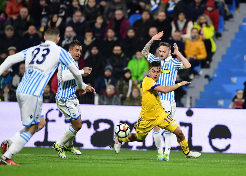 Thiago Cionek (2. z lewej) goni Paulo Dybalę z Juventusu (w żółtym stroju). /AFP