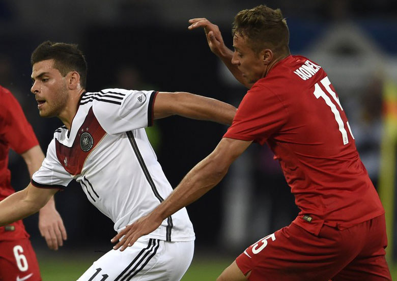 Thiago Cionek (z prawej) i Kevin Volland podczas towarzyskiego meczu Niemcy - Polska /AFP