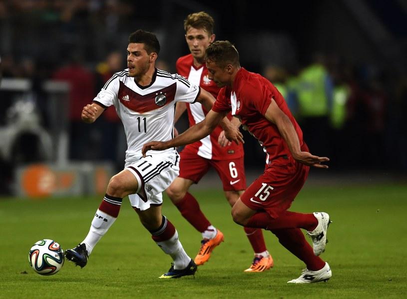 Thiago Cionek (z prawej) w debiucie w barwach Polski. W środku Niemiec Kevin Volland, z lewej Maciej Rybus. /AFP