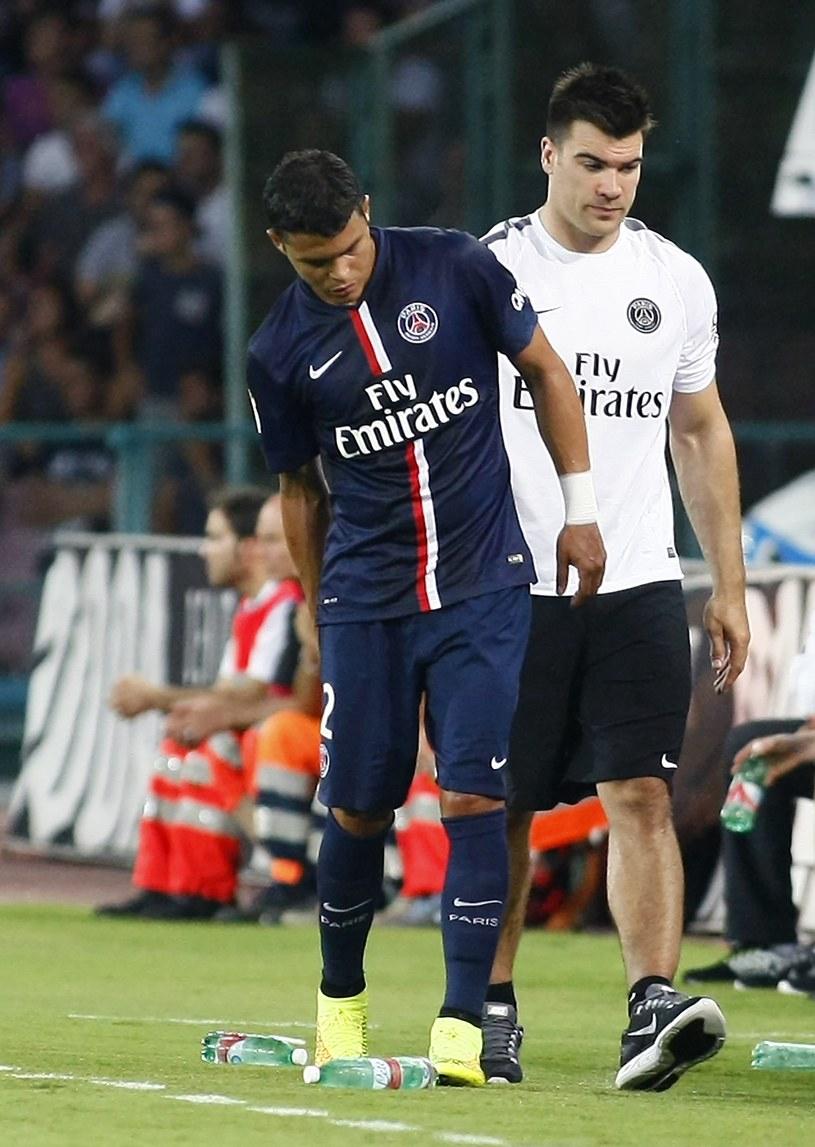 Thiago Silva, z kontuzją mięśnia, opuszcza boisko. /AFP