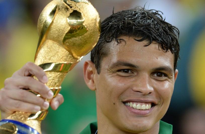 Thiago Silva z trofeum za zwycięstwo w Pucharze Konfederacji FIFA /AFP