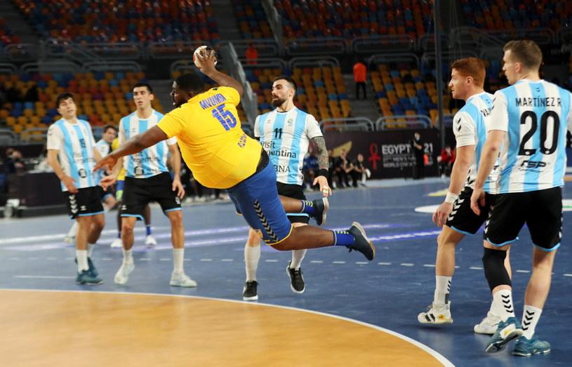 Thierry Mvumbi (w żółtej koszulce) w meczu z Argentyną /PAP/EPA/Mohamed Abd El Ghany / POOL /PAP/EPA