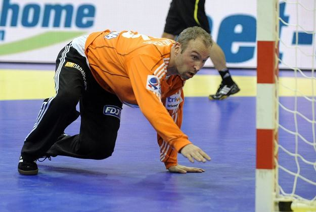 Thierry Omeyer rozpaczliwie interweniował, lecz piłka i tak wtoczyła się do bramki Francuzów /AFP