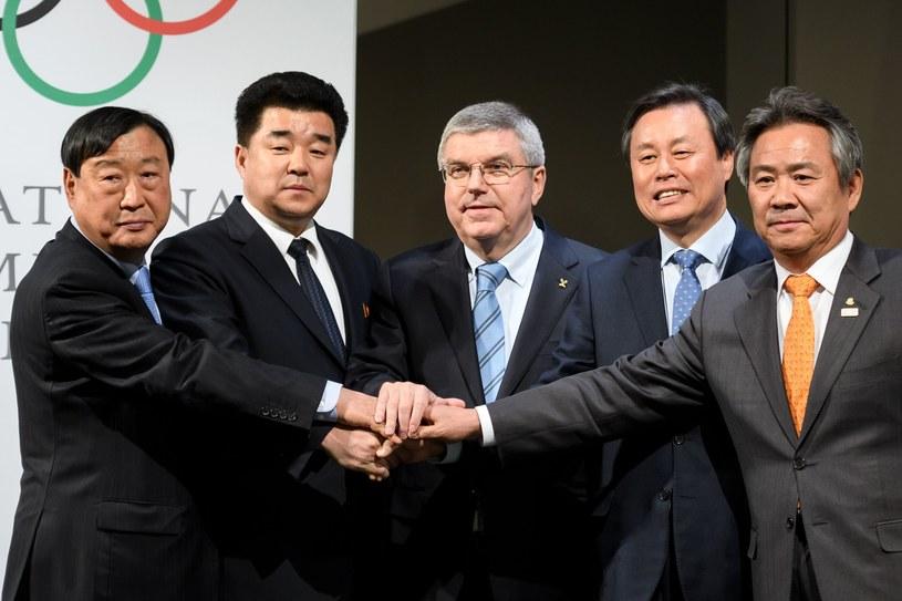 Thomas Bach (w środku) z przedstawicielami Korei Północnej i Południowej /AFP