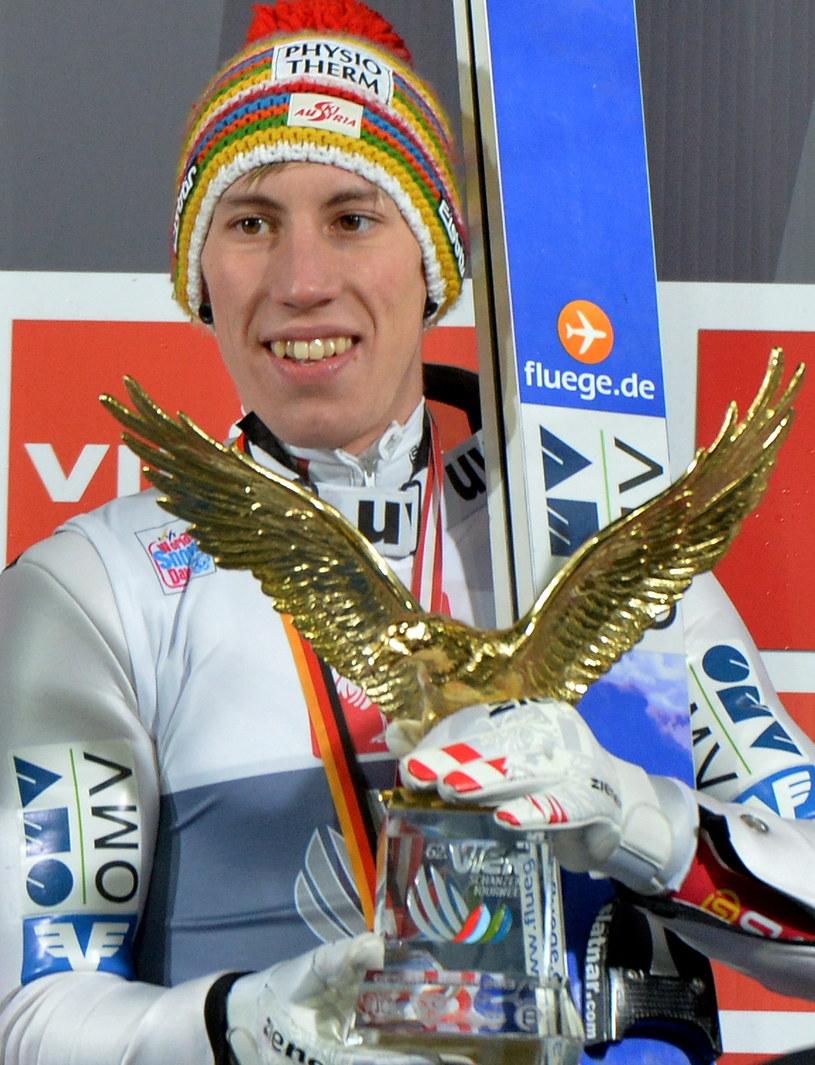 Thomas Diethart z trofeum za zwycięstwo w 62. Turnieju Czterech Skoczni /fot. Grzegorz Momot /PAP