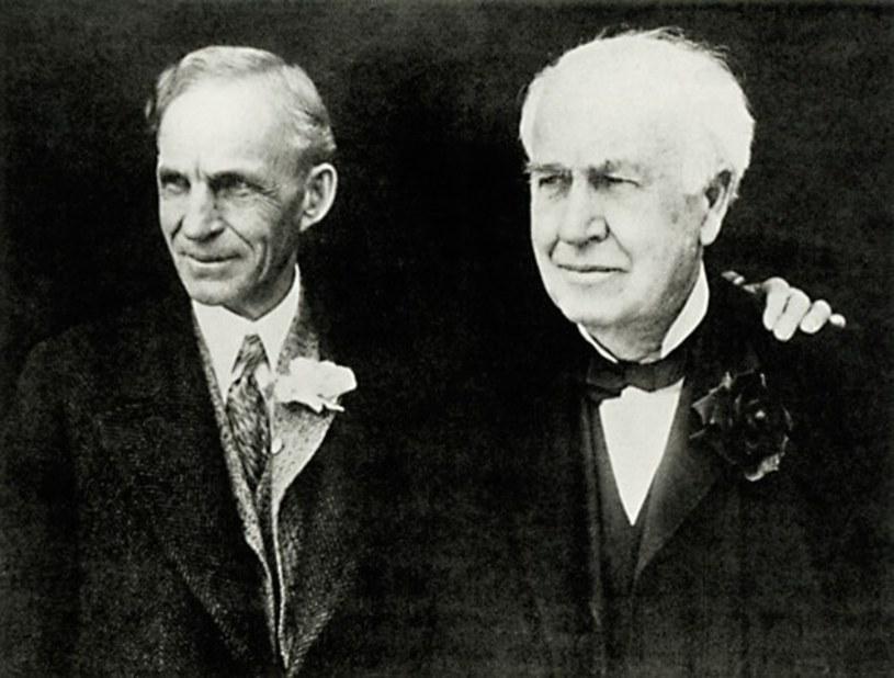 Thomas Edison i Henry Ford. Pierwszy próbował stworzyć samochód elektryczny, drugi produkował te spalinowe /East News