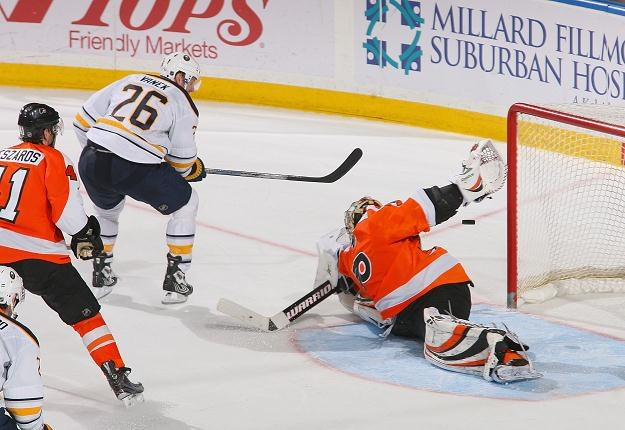 Thomas Vanek strzela decydującego gola w meczu z Philadelphia Flyers /AFP