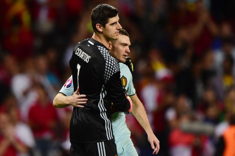 Thomas Vermaelen (z prawej) i Thibaut Courtois podczas spotkania Euro 2016 /AFP