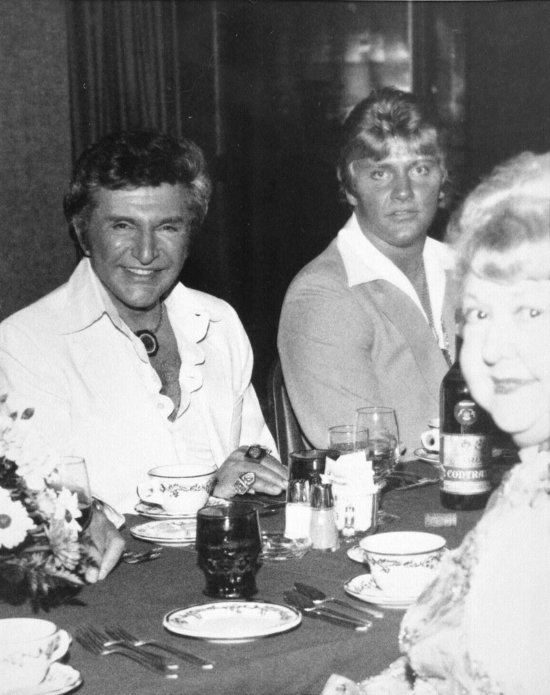 Thorson (z prawej) przez lata był związany z Liberace ( pierwszy z lewej) /- /East News