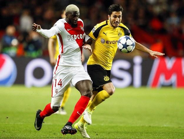 Tiemoue Bakayoko z AS Monaco i Nuri Sahin z Borussii Dortmund w rewanżowym meczu ćwierćfinału Ligi Mistrzów /GUILLAUME HORCAJUELO  /PAP/EPA