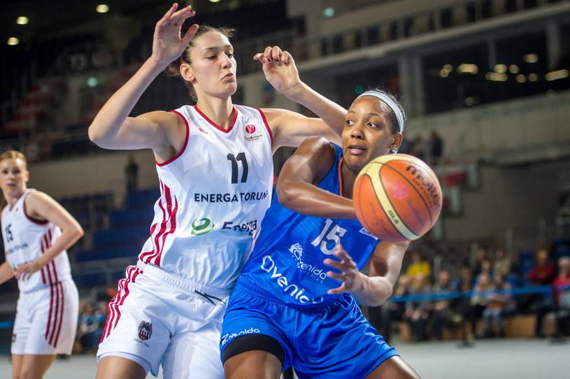 Tijana Ajduković (z lewej) blokuje Angelicę Robinson /Fot. Tytus Żmijewski /PAP