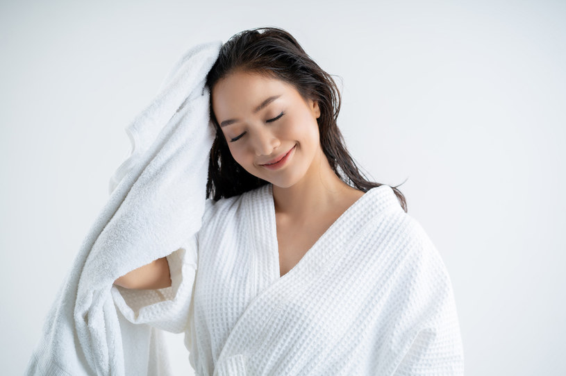 TikTokerka wyjaśniła, że rozprowadzanie szamponu na całej długości włosów w nadmiernej ilości może prowadzić do przesuszenia końcówek /123RF/PICSEL