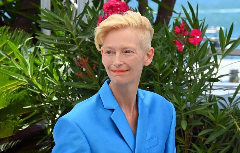 Tilda Swinton swoją stylizacją w Cannes udowodniła, że nie tylko sukienki nadają się na takie wydarzenia /David Fisher/Shutterstock /Rex Features/EAST NEWS