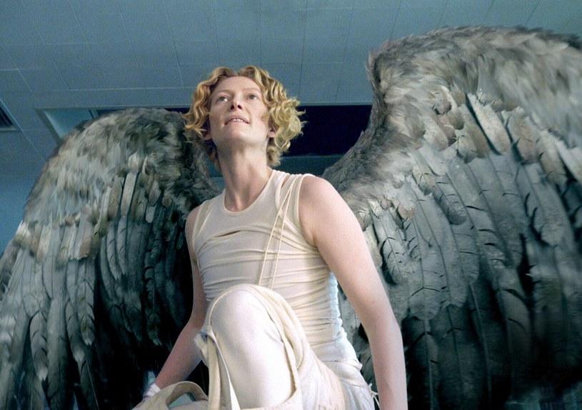 """Tilda Swinton w scenie z filmu """"Constantine"""" /materiały prasowe"""