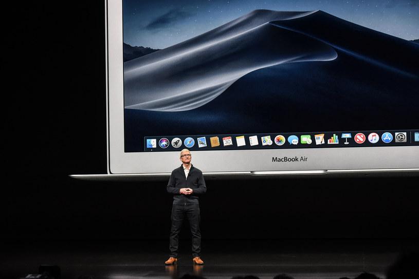 Tim Cook, CEO Apple, prezentuje nowe Macbooki Air /AFP