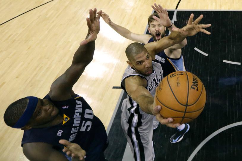 Tim Duncan w ataku na kosz /AFP