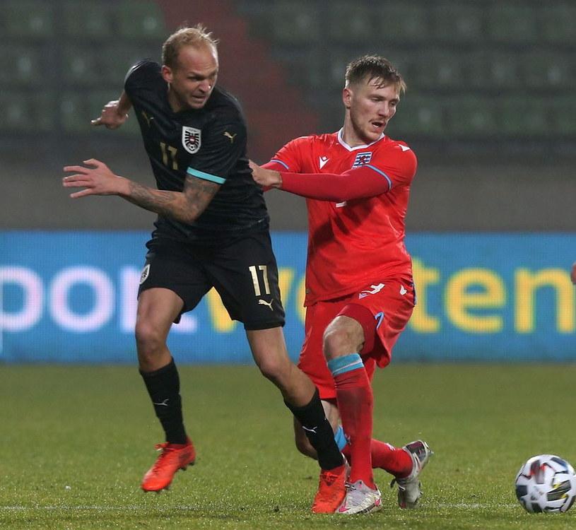 Tim Hall (z prawej) w listopadowym meczu z Luksemburga z Austrią (z lewej Austriak Raphael Holzhauser) /AFP