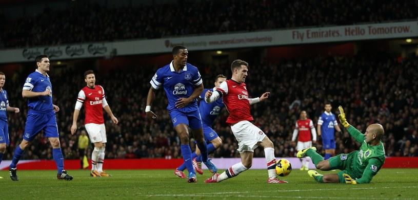 Tim Howard (Everton) powstrzymuje Aarona Ramseya z Arsenalu /AFP