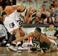 Timberwolves - Celtics 90:93. Paul Pierce (z prawej) atakuje Gary'ego Trenta