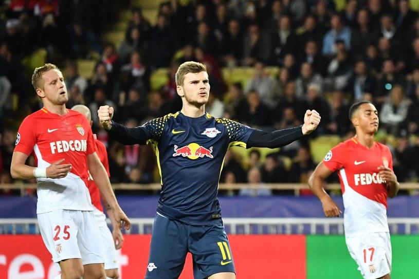 Timo Werner cieszy się z gola dla RB Lipsk. Z lewej Kamil Glik z AS Monaco /AFP