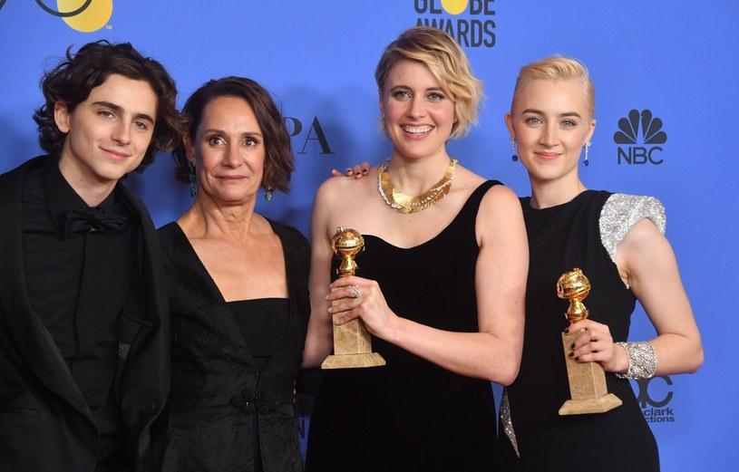 """Timothee Chalamet, Laurie Metcalf, Greta Gerwig i Saoirse Ronan ze Złotym Globem dla filmu """"Lady Bird"""" /AFP"""