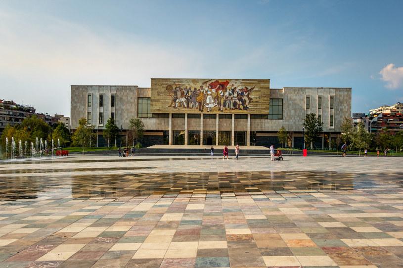 Tirana to gratka dla miłośników socmodernistycznej architektury /123RF/PICSEL