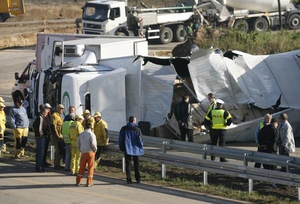 Niemal dobę zablokowana była trasa S1 w Mysłowicach. Doszło tam do wypadku, w którym uczestniczyły 3 samochody, w tym tir, który po przewróceniu się uszkodził budowany nad trasą most. Fragment konstrukcji zawalił się.