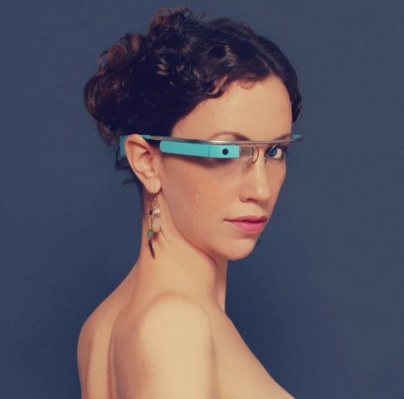 """Tits & Glass - pierwsza aplikacja """"dla dorosłych"""" dla Google Glass. """"Tits"""" w jęzku amerykańskim to bardzo potoczne określenie na piersi kobiety /materiały prasowe"""