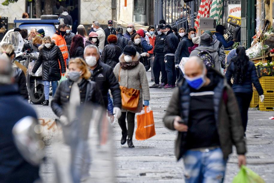 Tłok na ulicach Neapolu /CIRO FUSCO /PAP/EPA