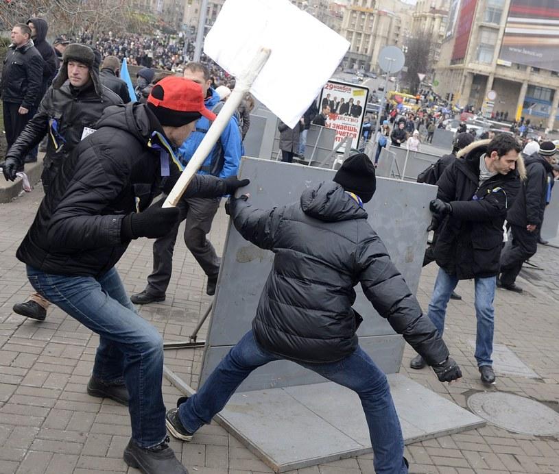 Tłum demonstrantów powalił barierki na Majdanie w Kijowie /PAP/EPA