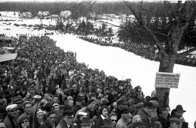 Tłum kibiców zebrany pod Wielką Skocznią na Krokwi podczas konkursu skoków narciarskich. Zdjęcie z 1935 roku /Z archiwum Narodowego Archiwum Cyfrowego