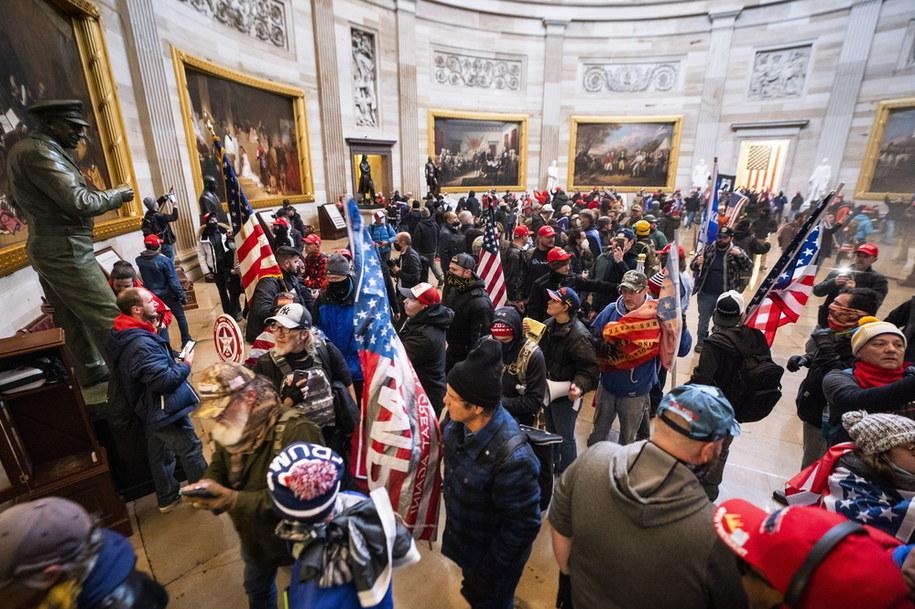 Tłum, który w środę wtargnął na Kapitol /JIM LO SCALZO /PAP/EPA