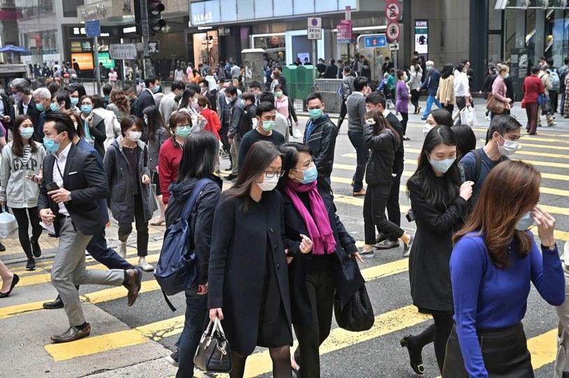 Tłum ludzi w maskach, zdj. ilustracyjne /ANTHONY WALLACE/AFP /AFP