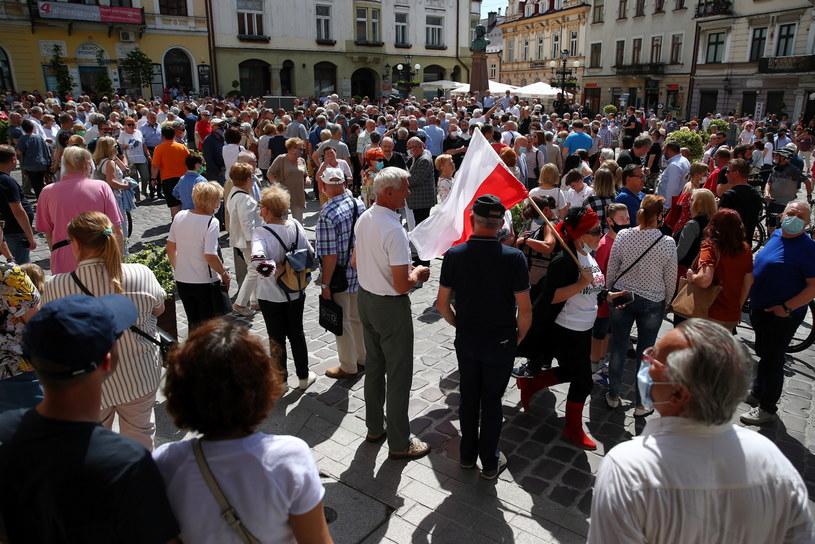 Tłum oczekujący na spotkanie z kandydatem w wyborach prezydenckich. /PAP/Łukasz Gągulski /PAP/EPA