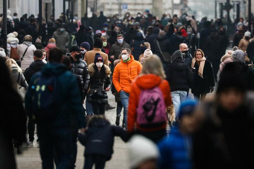 Tłum osób na ulicy w Krakowie /Beata Zawrzel /Reporter