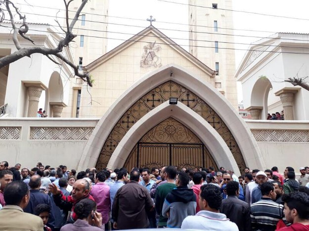 Tłum przed jednym z zaatakowanym ostatnio kościołów /PAP/EPA/MOHAMED HOSSAM /PAP/EPA