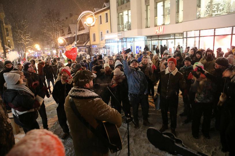 Tłum turystów bawił się na Krupówkach w pierwszy weekend po złagodzeniu lockdownu /TOMASZ DNO/Polska Press /East News