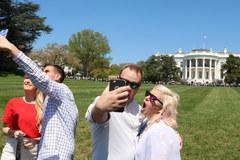 Tłum zwiedzających w ogrodach Białego Domu