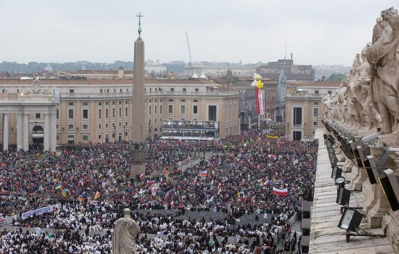 Tłumay na placu świętego Piotra /PAP/EPA