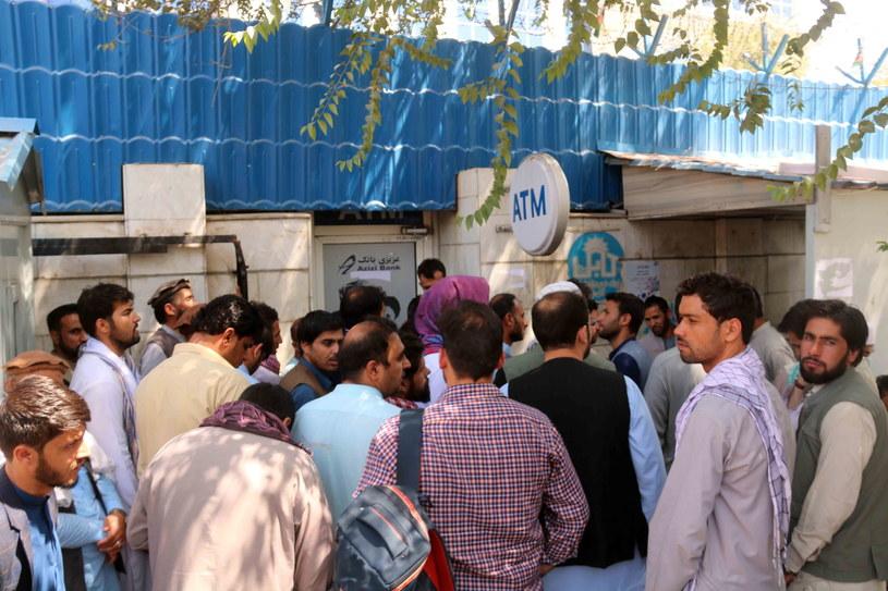 Tłumy Afgańczyków przed jednym z banków w Kabulu /AKHTER GULFAM /PAP/EPA