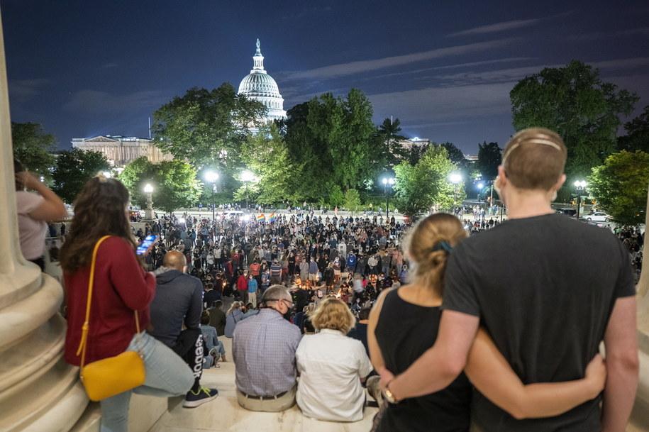 Tłumy gromadza się w Waszyngtonie, by oddać hołd zmarłej Ruth Bader Ginsburg /JUSTIN LANE /PAP/EPA
