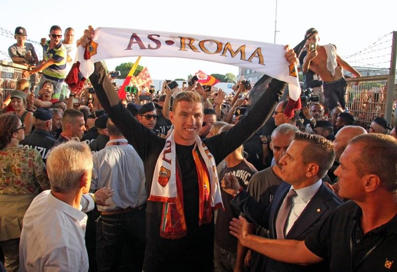 Tłumy kibiców AS Roma przywitały Edina Dżeko na lotnisku /PAP/EPA