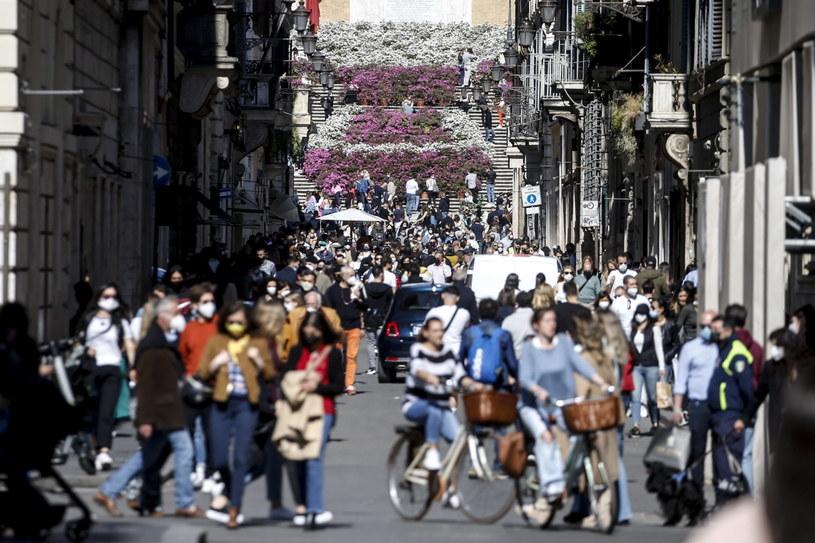 Tłumy ludzi na ulicach we Włoszech /PAP/EPA/Fabio Frustaci /PAP