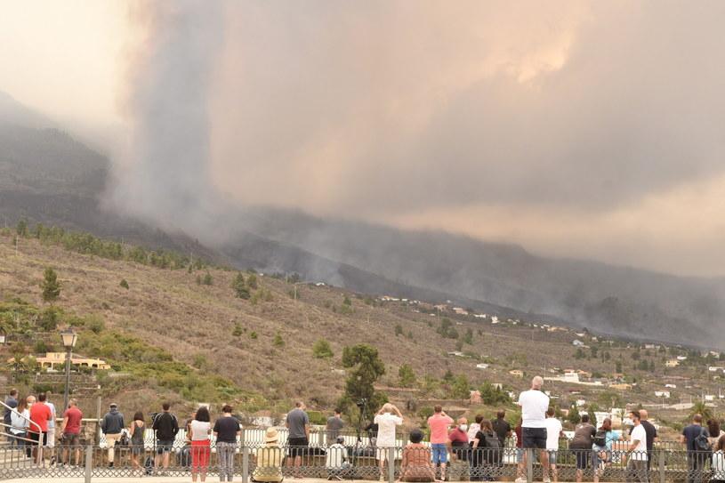 Tłumy ludzi obserwują wybuch wulkanu na hiszpańskiej wyspie La Palma /MIGUEL CALERO /PAP/EPA
