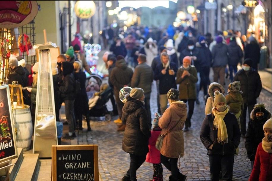 Tłumy mieszkańców Warszawy na spacerze na Starym Mieście. Zdjęcie z 3 stycznia / Leszek Szymański    /PAP