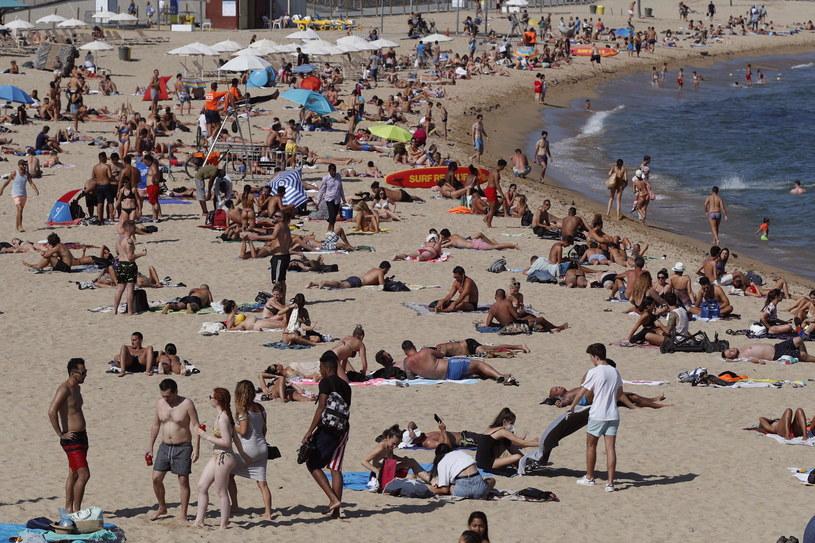 Tłumy na hiszpańskich plażach / ALEJANDRO GARCIA    /PAP