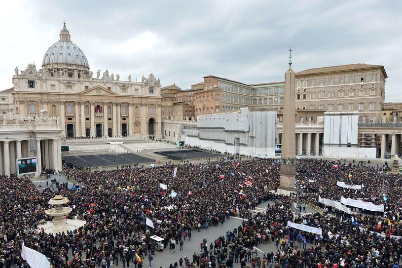 Tłumy na placu św. Piotra podczas niedzielnej modlitwy Anioł Pański z Franciszkiem /AFP