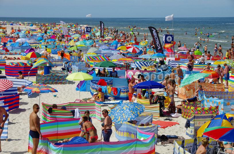 Tłumy na plaży w Łebie /Marek Bazak /East News