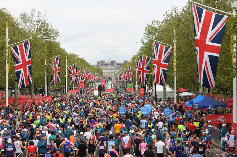 Tłumy na trasie maratonu w Londynie /PAP/EPA